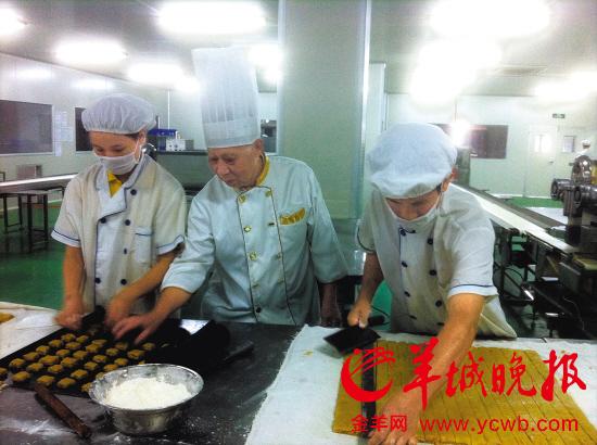 徐德锐老先生指导学生制作鸡仔饼