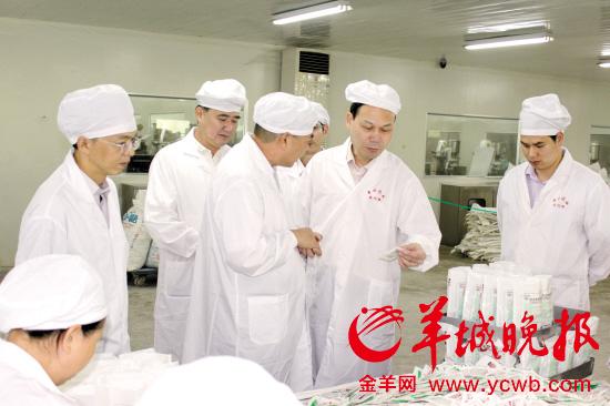 张小可(右二)带领监管人员检查药品生产企业