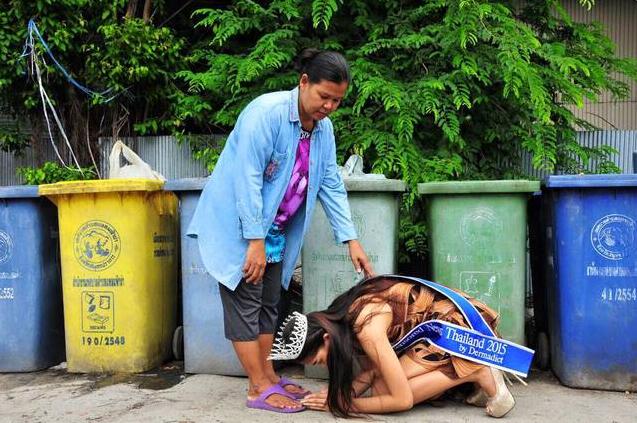 泰国17岁清贫少女选美夺冠 回乡跪谢拾荒母亲