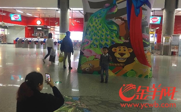 【网络媒体走转改】新春来到,广州地铁动物园站也趁机