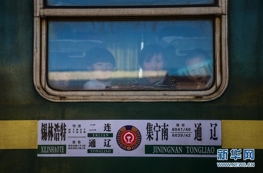 这趟车停靠82站单程运行997公里 最低票价2.5元