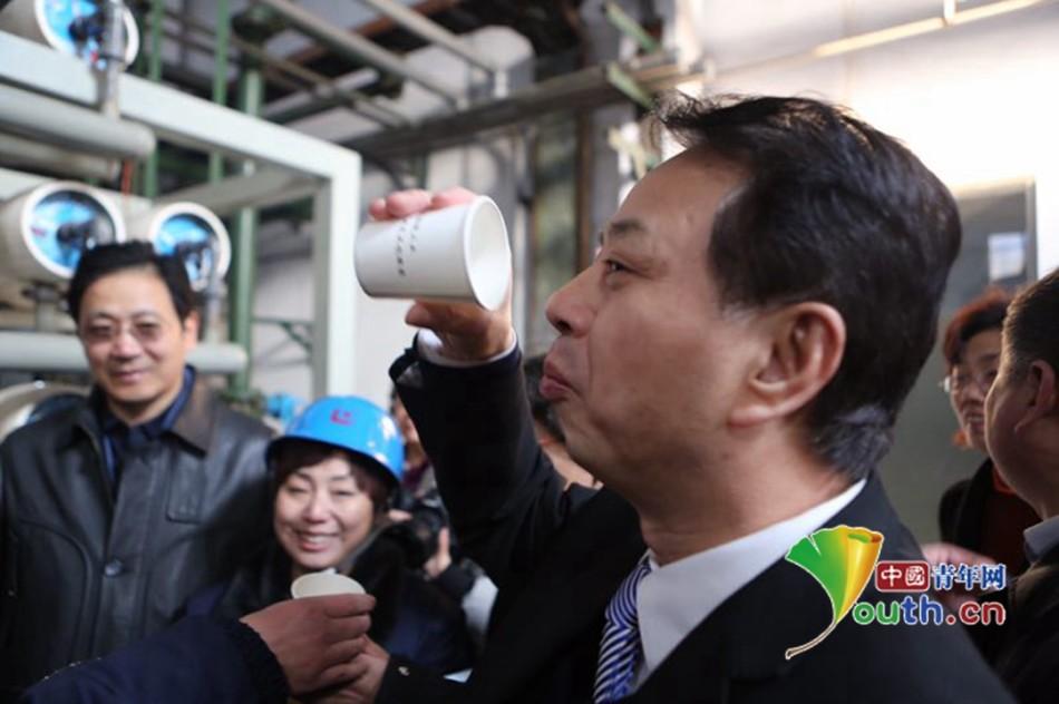 邢台环保局局长喝下了钢铁厂处理过的污水