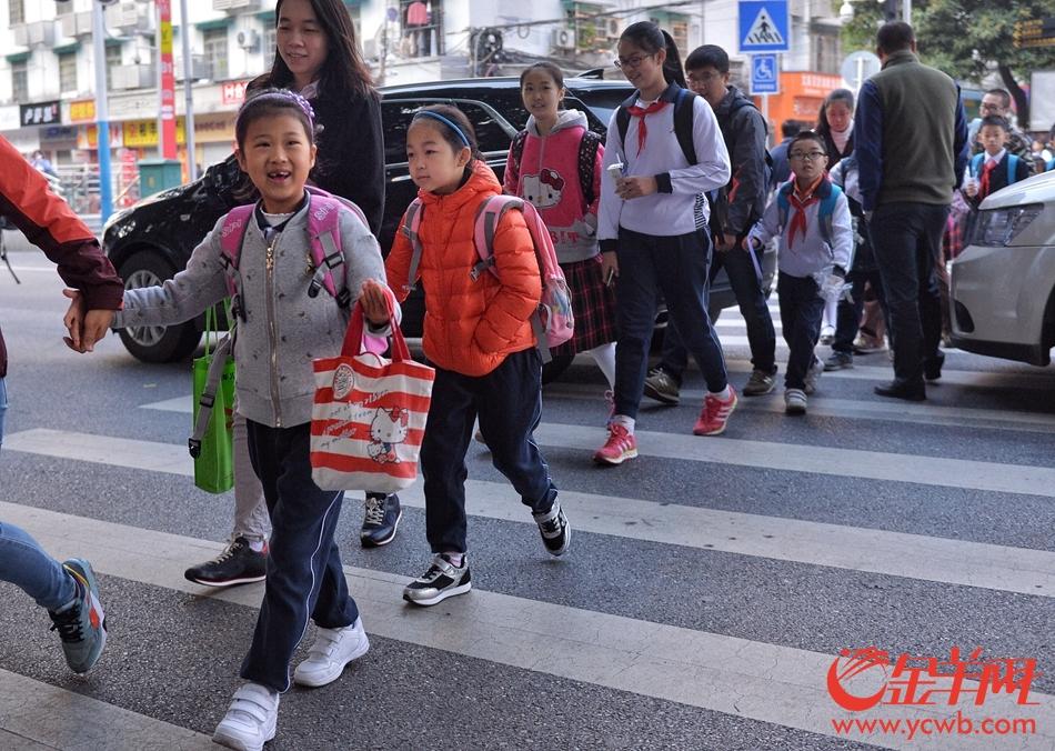 告别春节假期广州中小学开学 小豆丁们起早上学啦