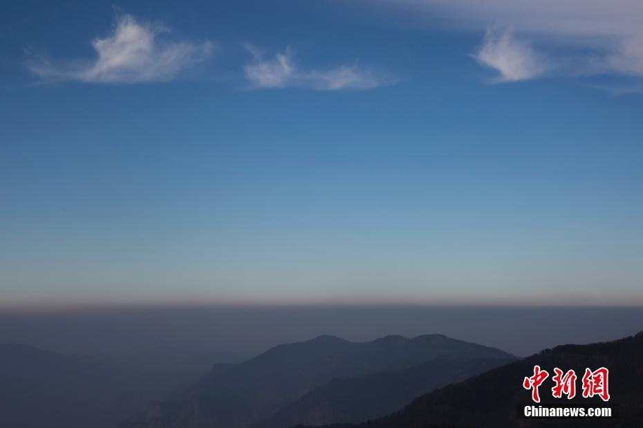 2300米山顶实拍雾霾与蓝天分界线