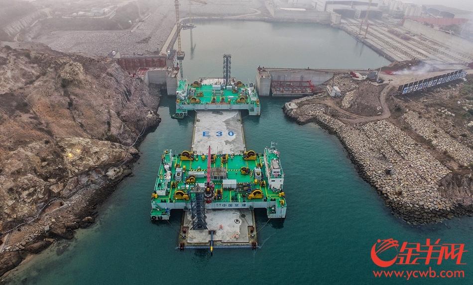 港珠澳大桥海底隧道最后一节巨型沉管安装成功