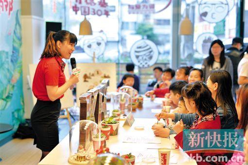 """■""""城市美容师""""环卫工人亲子家庭,参与现场咖啡渣妙用体验。"""