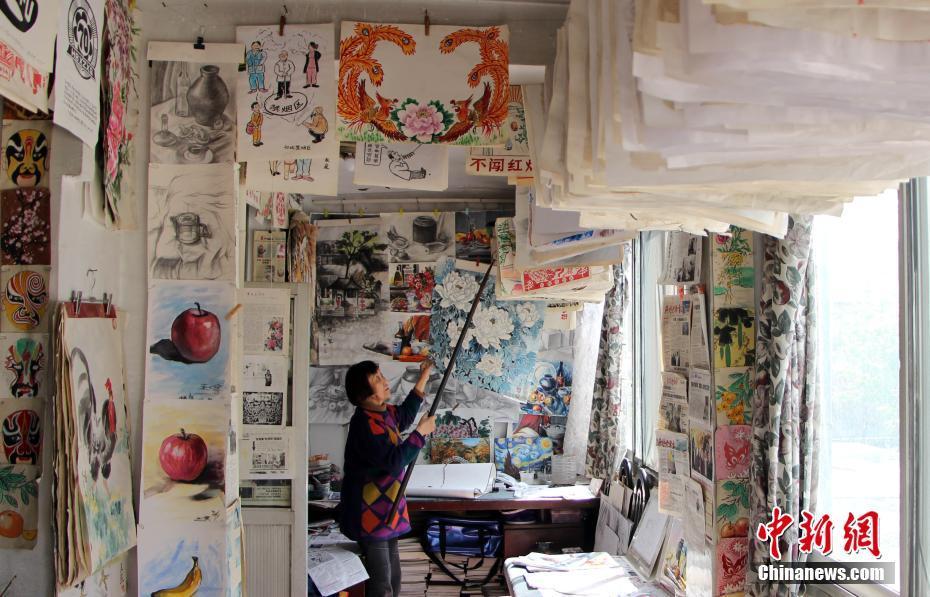 河北一老人退休21年作画万余幅 作品挂满屋