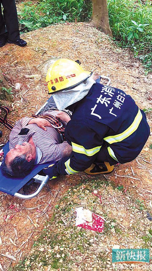 190斤重驴友跌落山沟骨折 消防官兵救援4小时挽救