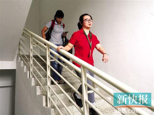 王景丹下楼梯的时候黄惠鹂一般只在身后默默跟着,并不搀扶。