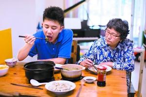 15岁的森友慢慢学会了照顾自己,奶奶徐平十分欣慰。