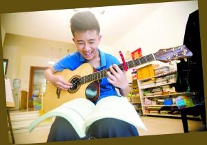森友练吉他,自弹自唱,十分享受。