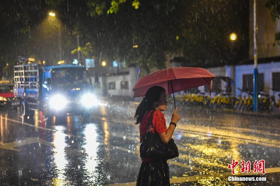 广东昨晚遭遇强降雨 多地时段降雨量超100毫米