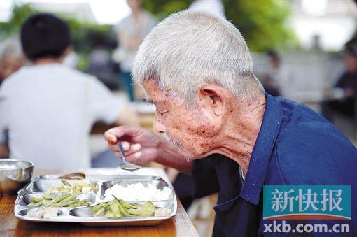 33位独居长者的免费午餐:二肉一菜一汤