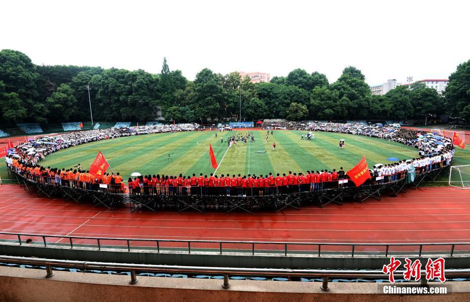 """武汉一大学4千多人拍""""最牛毕业照""""场面壮观"""
