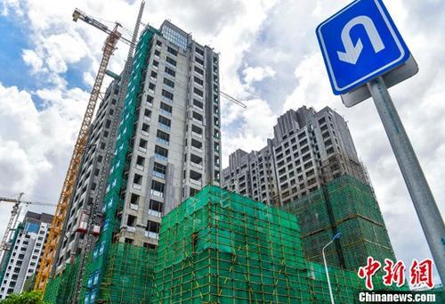 资料图:海口国兴大道附近的在建商品房项目。<a target='_blank' href='http://www.chinanews.com/' _fcksavedurl='http://www.chinanews.com/'></table><p align=