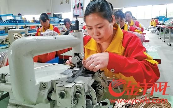 云南昭通滇粤协作产业园,华坚鞋厂招收了400 多名员工,其中不少是当地的贫困户