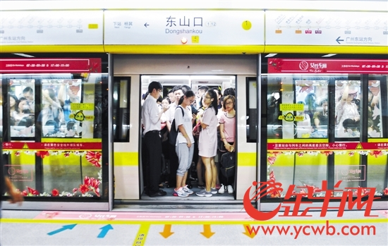 """广州地铁1号线女性车厢,高峰时段常有不少男乘客""""混入"""""""