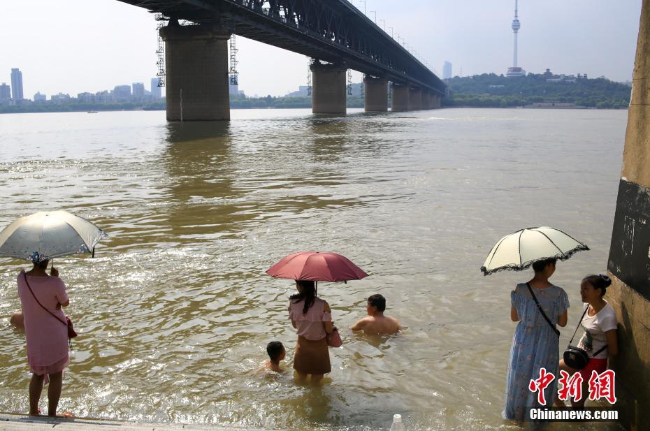 """武汉高温红色预警气温突破40℃ 市民戏水""""找凉快"""""""