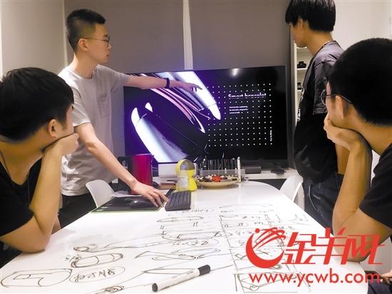 """""""21克设计""""的青年创客正在讨论产品设计方案"""