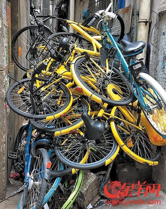 有城中村共享单车堆积如山