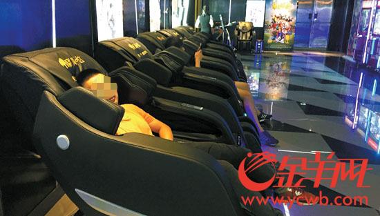 市民在共享按摩椅上睡觉