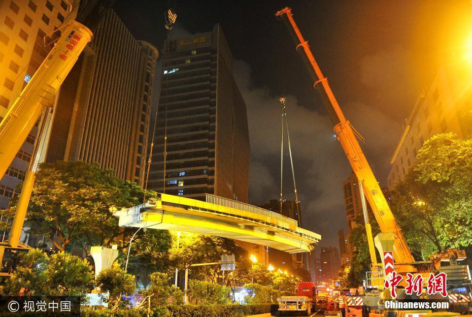 """11年被撞7次 广州""""最悲催""""天桥拆除重建"""
