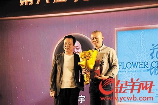 李敬泽为毕飞宇(右)颁发杰出作家奖