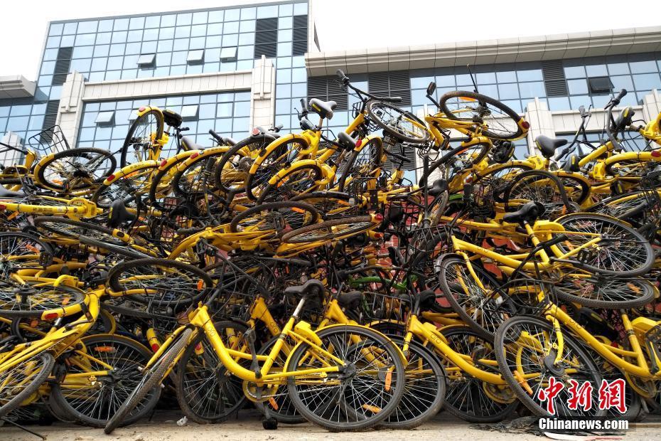 北京过剩共享单车堆积如山