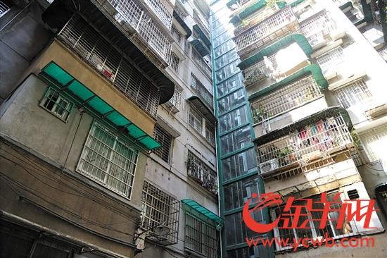 嵌在两栋楼宇之间的嵌入式电梯