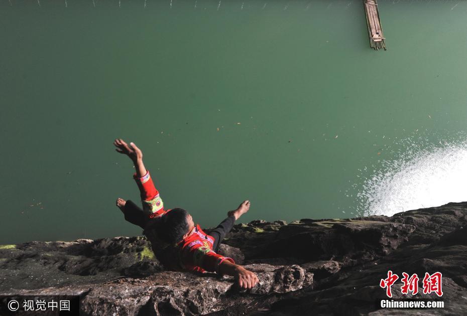 苗族汉子40年徒手攀爬百米悬崖 飞檐走壁如履平地