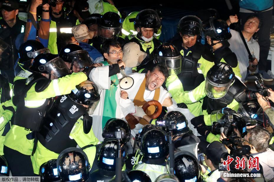 """韩国部署4辆""""萨德""""发射车 民众与警方起冲突"""