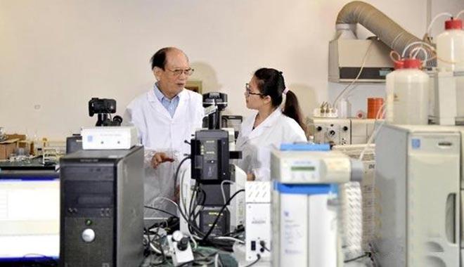 王文兴在山东大学环境研究院实验室为青年学者指导科研课题(来源:新华网)