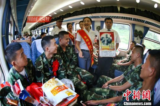 江西入伍新兵乘坐列车去往军营场面温馨