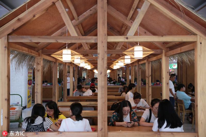 杭州一高校食堂搭夏威夷风茅草屋走红 好吃还好看