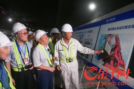 9月28日,港珠澳大桥技术专家们参观港珠澳大桥