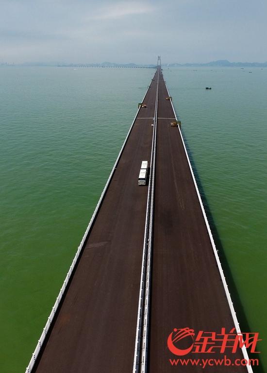 9月28日,港珠澳大桥桥面铺装已基本完成