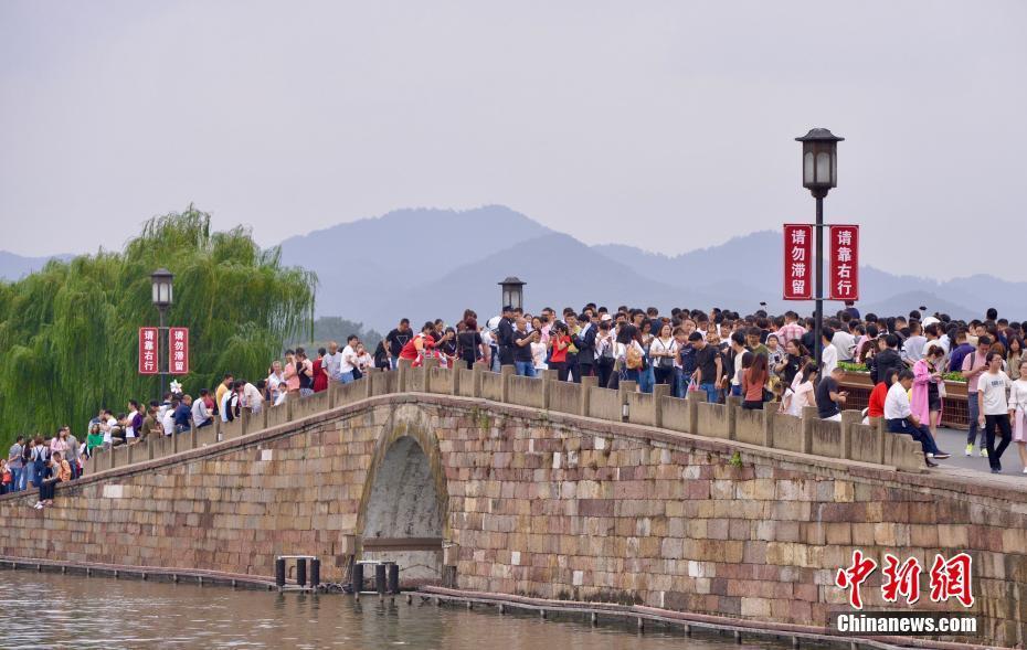 """国庆假期杭州断桥再现""""人桥""""景观"""