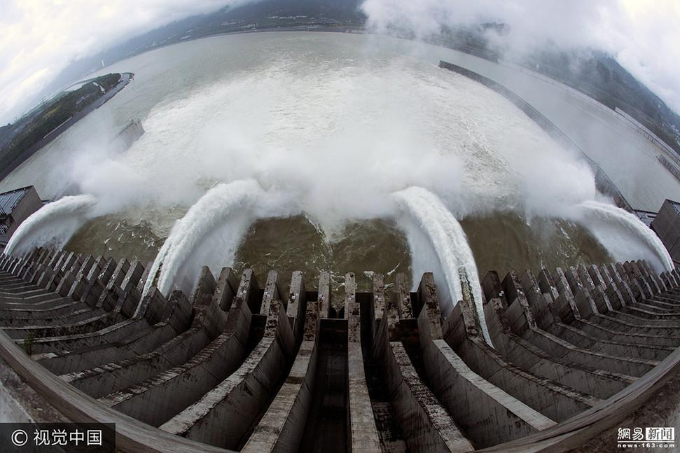 三峡大坝开闸腾库 江流奔腾场面壮观