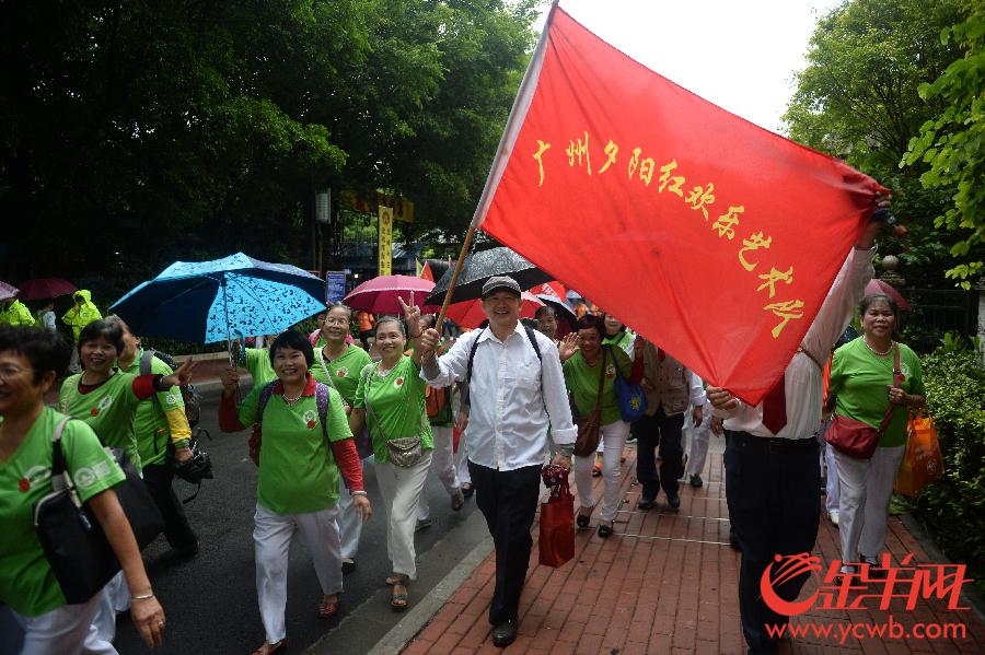 广州:万名长者参加重阳大型登山活动