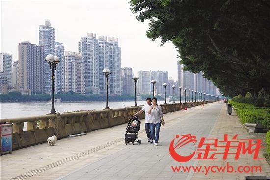 市民欣赏一江两岸靓丽景观