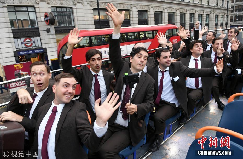 """伦敦街头现一群""""憨豆先生"""" 表情装扮令人捧腹"""