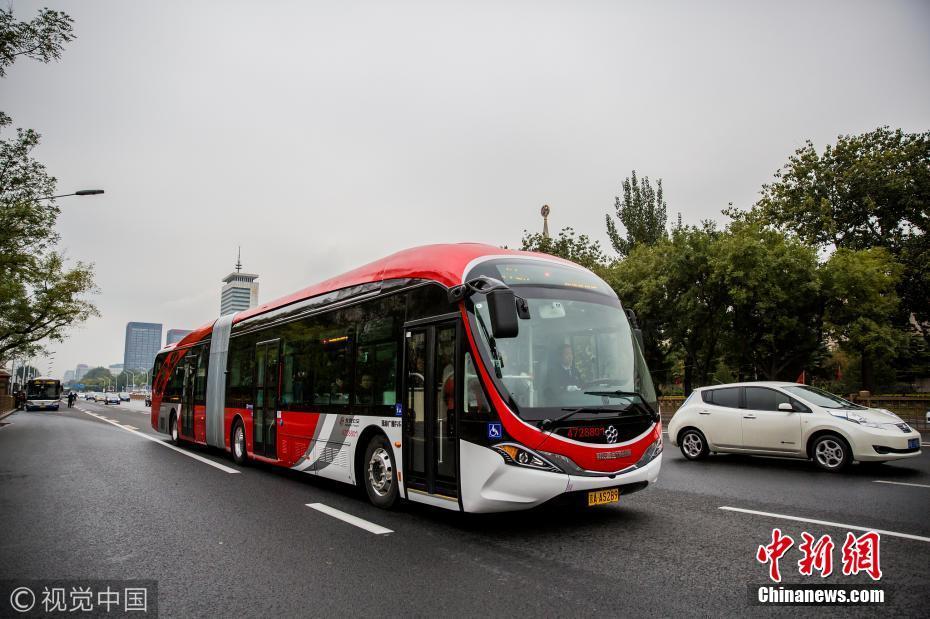北京18米长纯电动公交车投入运营 智能系统提升行车安全