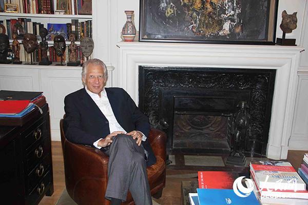 法国前总理德维尔潘在其位于巴黎的办公室中。(图片:何蒨)