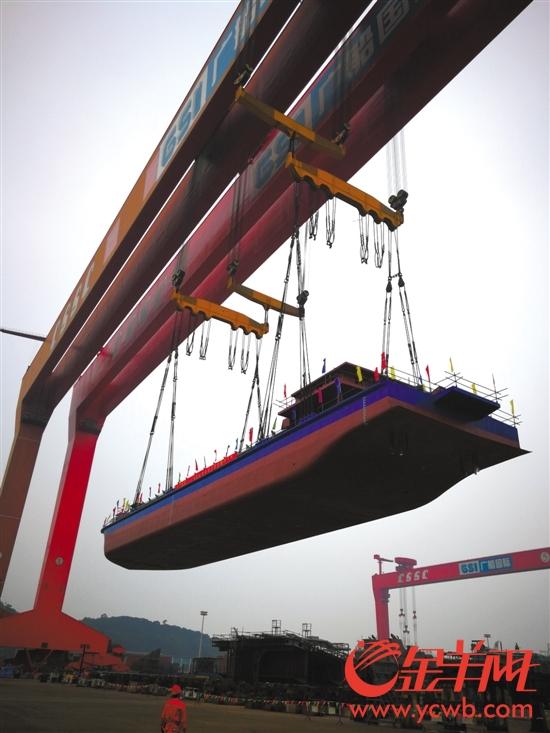 大型吊装机将电动船吊装入水
