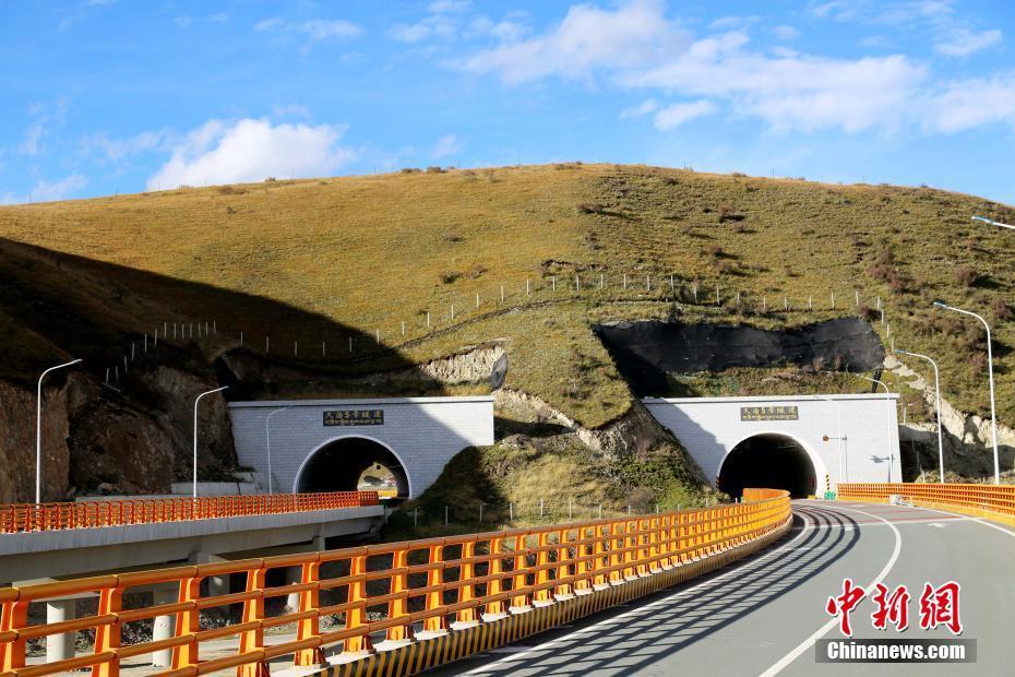 青海花久高速公路通车 平均海拔4000米