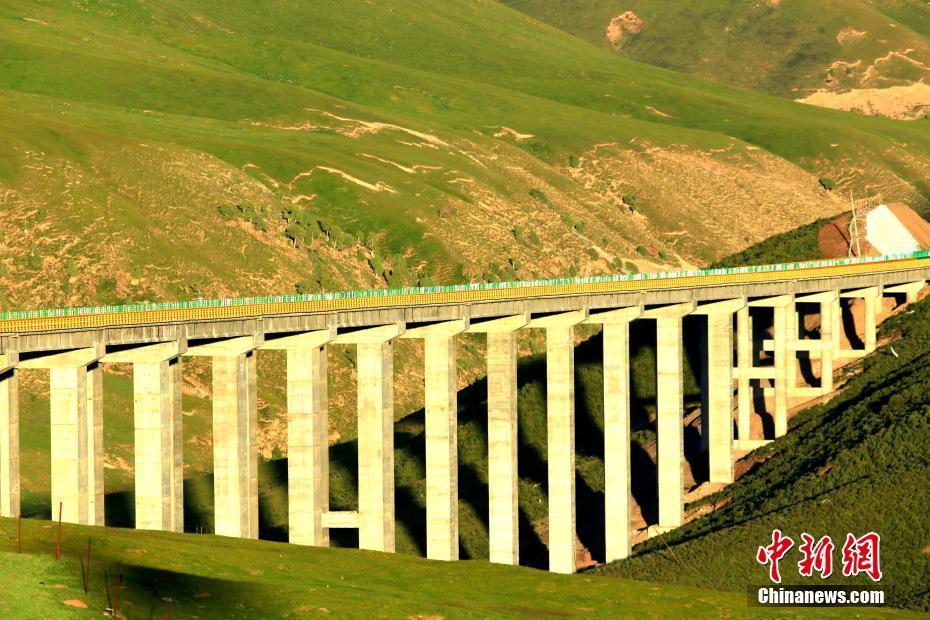 青海花石峡至久治高速公路建成通车 平均海拔4000米