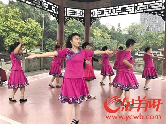 广州起义烈士陵园内的广场舞大妈