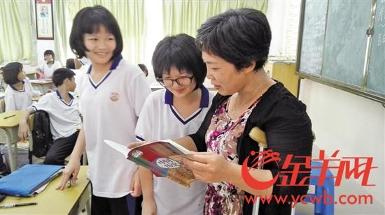 杜国香在辅导学生