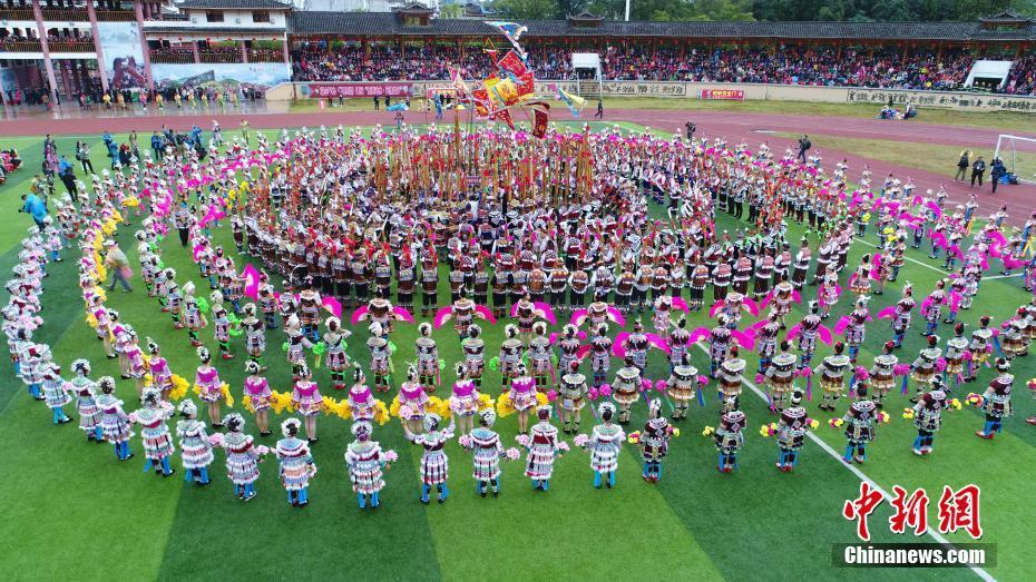 广西融水举行苗族芦笙斗马节 千人同跳芦笙舞