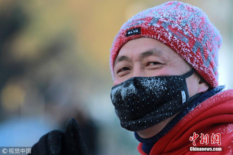 哈尔滨强冷空气来袭 市民哈气成霜渔船裹被防寒